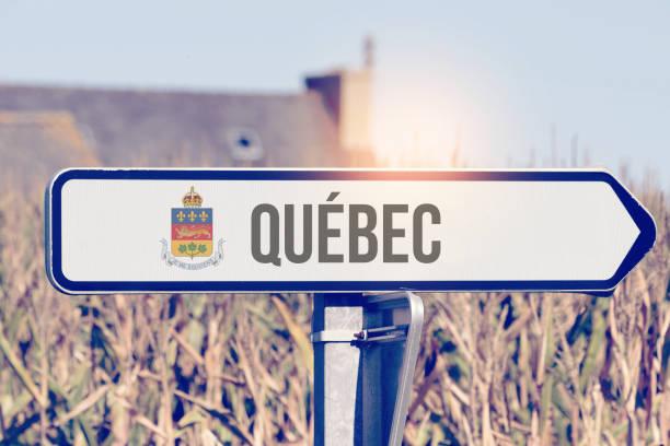 Ein Schild zeigt in Richtung Quebec in Kanada – Foto
