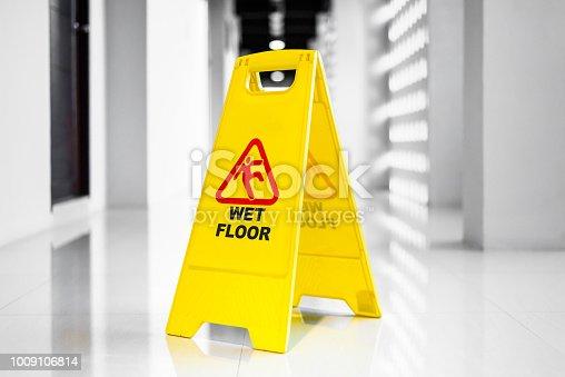 istock Sign showing warning of wet floor on wet floor 1009106814