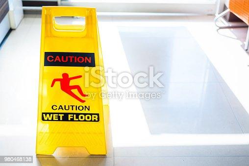 istock Sign showing warning of wet floor on wet floor 980468138