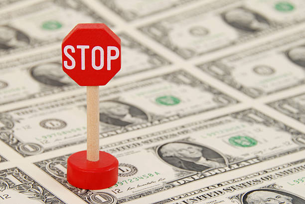 Stoppschild auf einem-Dollar-Noten in der Hand – Foto