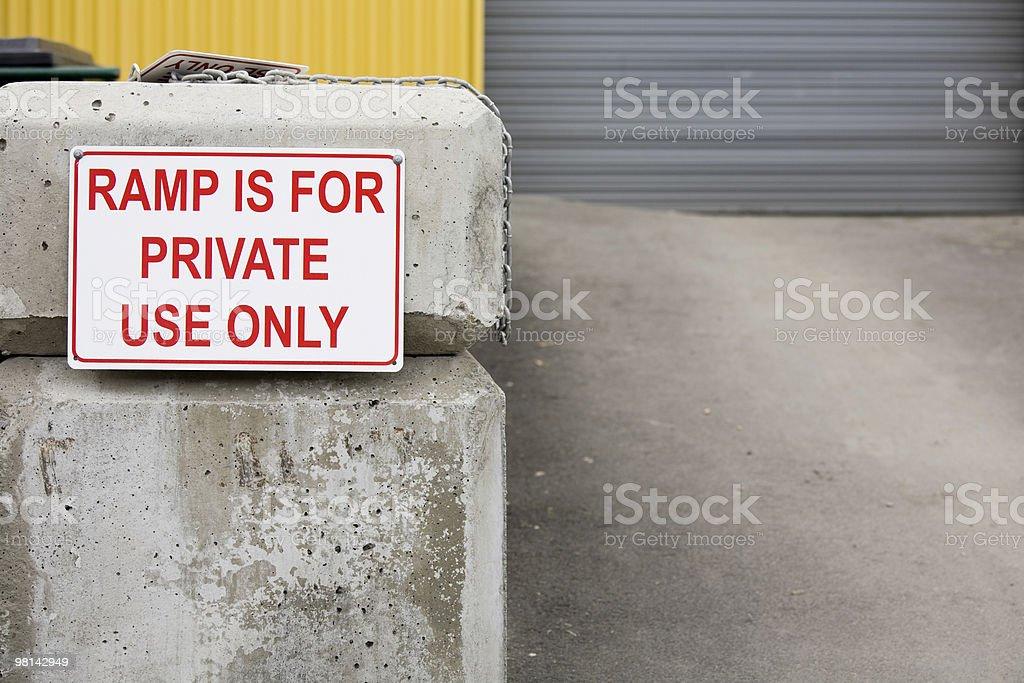 Segnale che indica rampa è solo per uso privato foto stock royalty-free