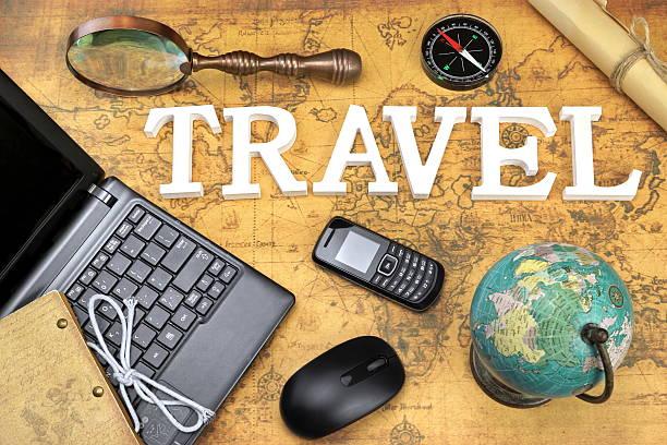 sie reisen, laptop, maus, globus kompass, gsm-telefon, post, m - sprüche über reisen stock-fotos und bilder