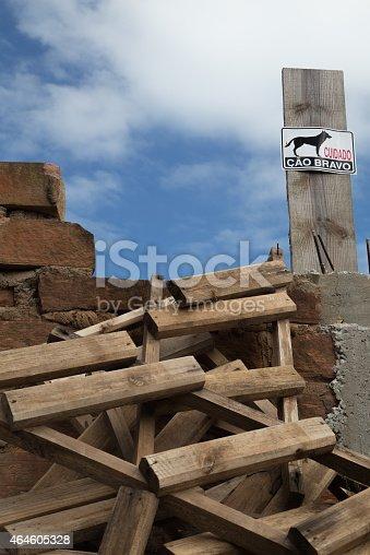 istock Sign warning dog 464605328
