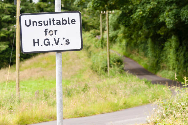 Sign warning that the road is unsuitable for heavy goods vehicles, with an unnecessary apostrophe Sign warning that the road is unsuitable for heavy goods vehicles, with an unnecessary apostrophe apostrophe stock pictures, royalty-free photos & images