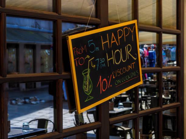 Melden Sie mit Rabatt für Happy Hour cocktail – Foto
