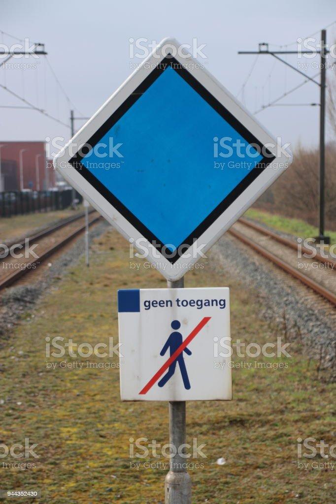 Meld u met stop advies voor trein en geen Hardboiled teken in het midden van 2 platformen op het station van Waddinxveen, Nederland foto