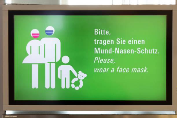 bewegwijzering slijtage masker op de luchthaven van frankfurt, omdat corona sluiten - luchthaven frankfurt am main stockfoto's en -beelden