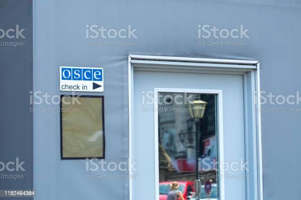 Signboard Of The Osce On The Building Of Hofburg Palace Congress Centre In Vienna Austria - Fotografie stock e altre immagini di Ambientazione esterna