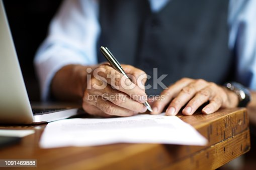 istock Signing a document 1091469888