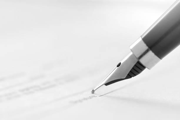signieren eines dokuments mit einem tintenstiftbrunnen - unterschrift stock-fotos und bilder