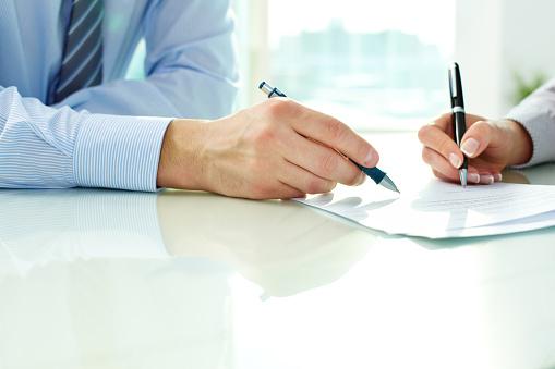 Unterzeichnung Des Vertrags Stockfoto und mehr Bilder von Arbeiten