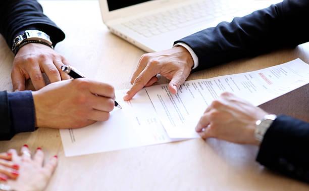 Firmar el contrato - foto de stock