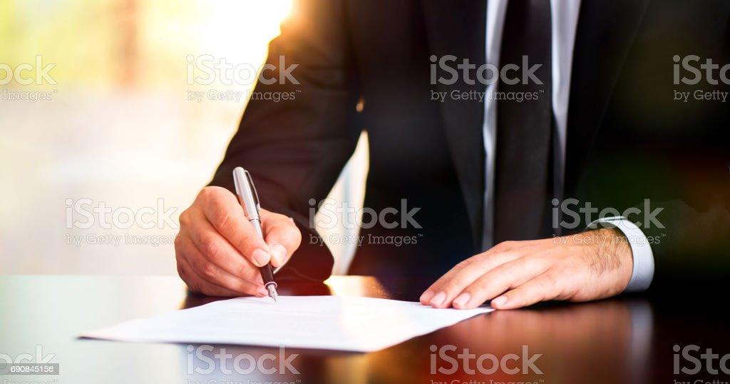 Unterzeichnung der Urkunde – Foto