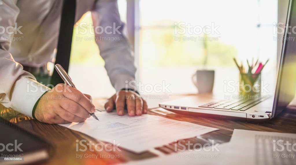 Signing Official Document In Office – Foto