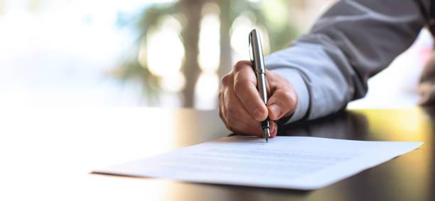offizielles dokument signieren - unterschrift stock-fotos und bilder