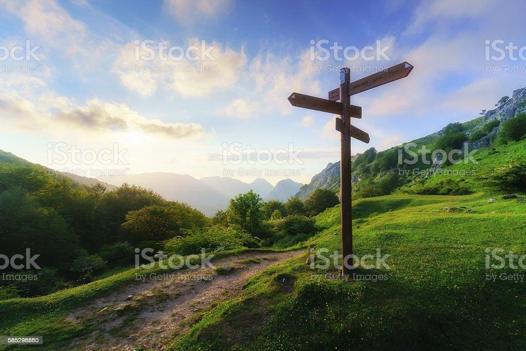 Poste indicador de la montaña - foto de stock