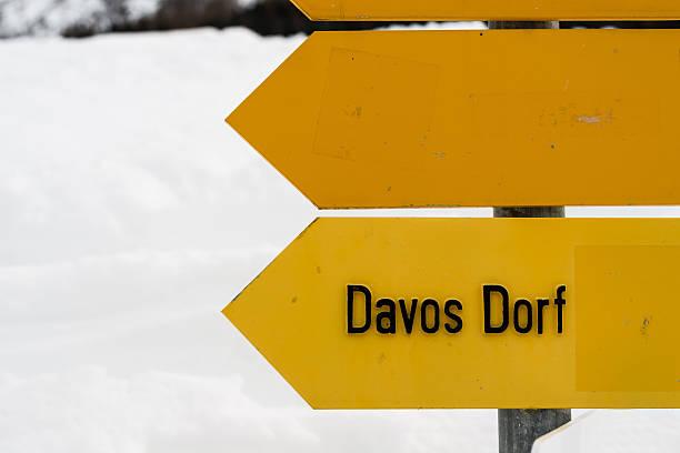 Wegweiser auf ein Schweizer Wanderweg mit Davos-Dorf – Foto