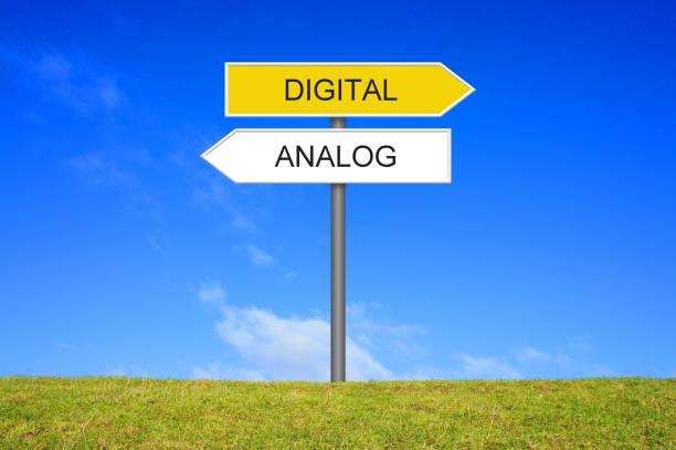 Signpost showing Analogue and Digital german – Foto