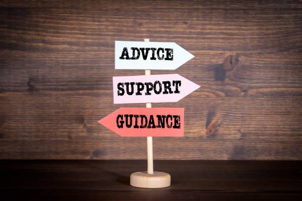 Wegweiser mit Pfeilen - Beratung, Unterstützung und Anleitung. Kundenbetreuung, Teamwork und Bildungskonzept – Foto
