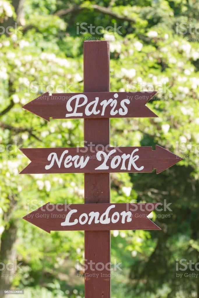 Sinais para cidades Paris, Nova York, Londres - Foto de stock de Amarelo royalty-free