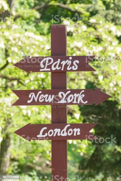 Foto de Sinais Para Cidades Paris Nova York Londres e mais fotos de stock de Amarelo