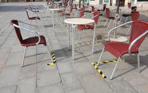 Schilder auf dem Boden, um die Tische und Stühle eines – Foto