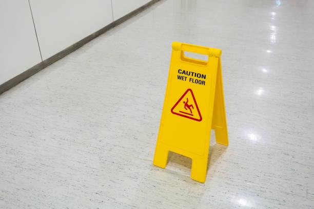 plastique panneaux jaune mis sur sol humide attention texte de plancher - étage photos et images de collection