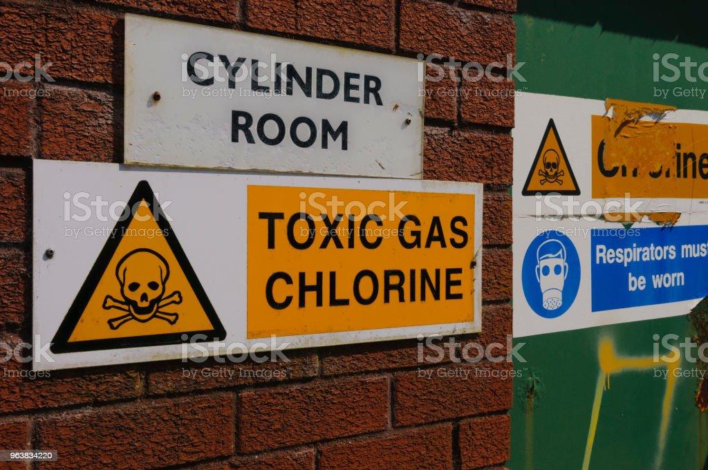 Schilder Warnung der Anwesenheit von Chlorgas auf einer Kläranlage – Foto