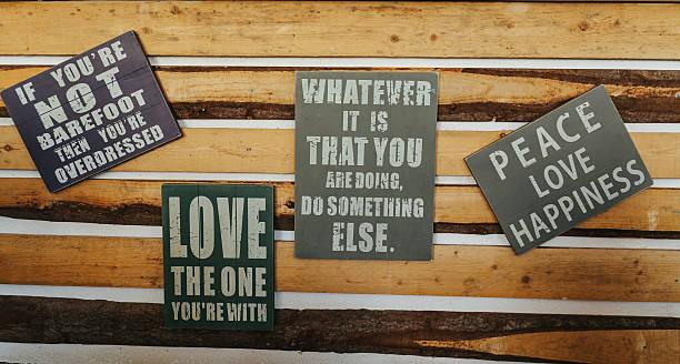 schilder mit motivation wörter auf rustikal holz - kreidetafel zitate stock-fotos und bilder