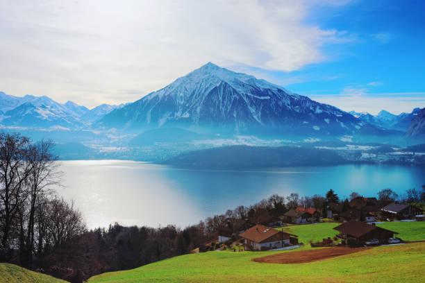 sigrilwil dorf am berge der schweizer alpen und thunersee see - thun switzerland stock-fotos und bilder