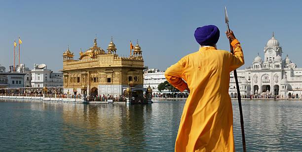 sikh-krieger im goldenen tempel, amritsar - goldener tempel stock-fotos und bilder
