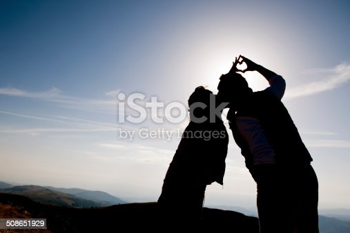 872969580 istock photo Silhouete of romantic couple making heart shape 508651929