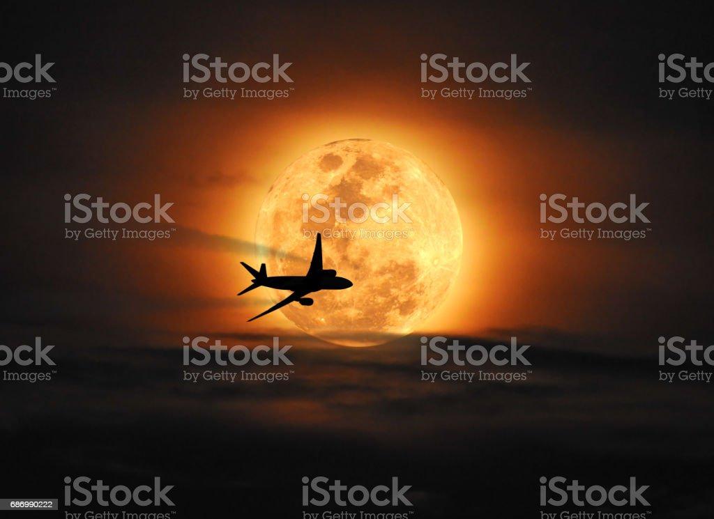 Silhouette-Flugzeug fliegen über den Mond Lizenzfreies stock-foto