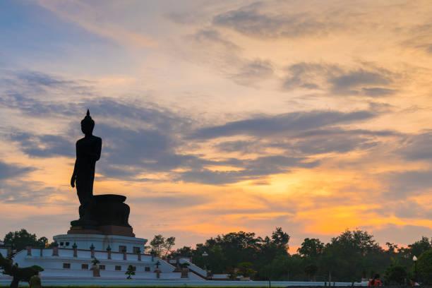 Silhouette große Buddha-Statue im Sonnenuntergang. – Foto
