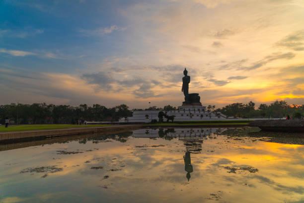 Silhouette große Buddha-Statue im Sonnenuntergang – Foto