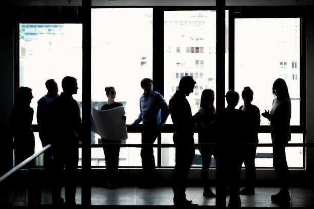 Silhouette Geschäftsleute stehen im Büro – Foto