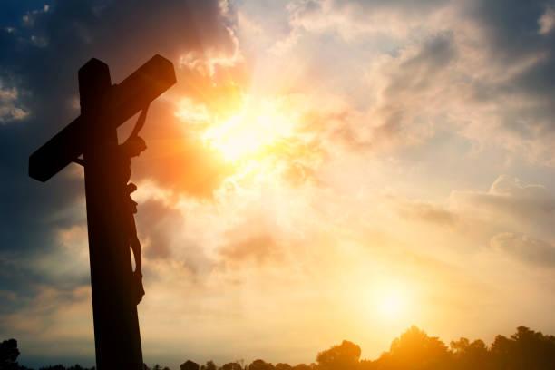 silhouette crucifixion de jésus christ et le coucher du soleil - jesus croix photos et images de collection
