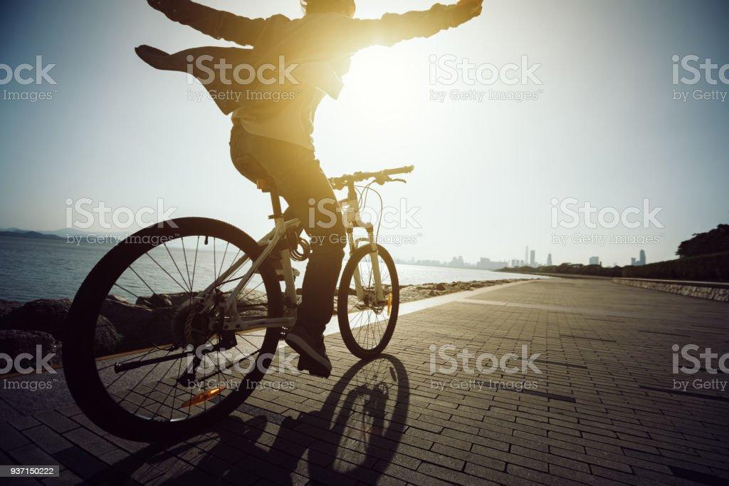 Silhouette Radfahrer fahren Fahrrad in der Sunrise-Küstenstraße – Foto