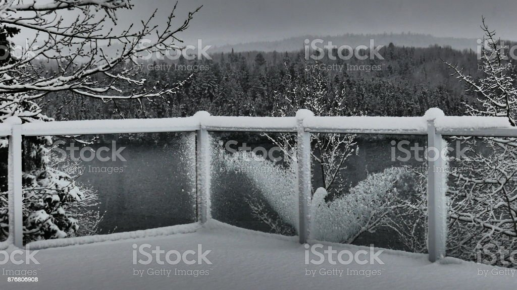 Silhouette d'une colombe dans le garde corps stock photo