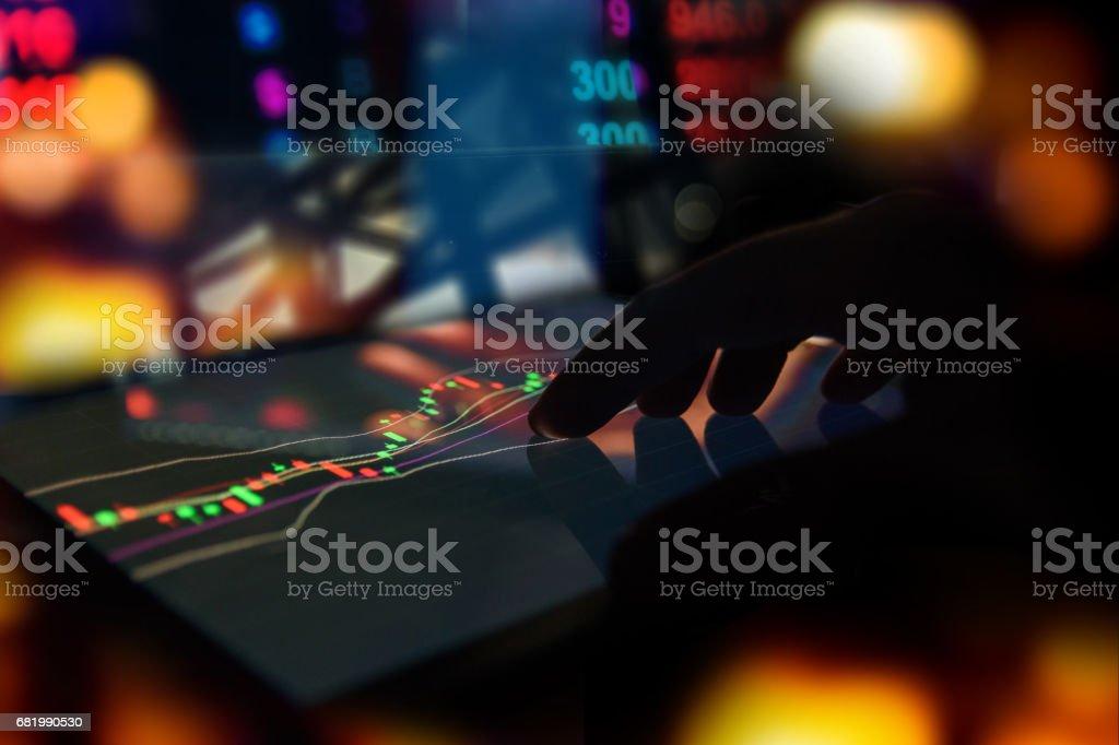 Silhouette Finger auf Tablet mit technische Grafik Handel Bildschirm mit abstrakten Unschärfe Smartphone Bokeh Hintergrund, Börse-Konzept – Foto