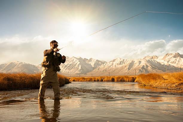 silhueta de pescadores - pescaria com iscas artificiais - fotografias e filmes do acervo