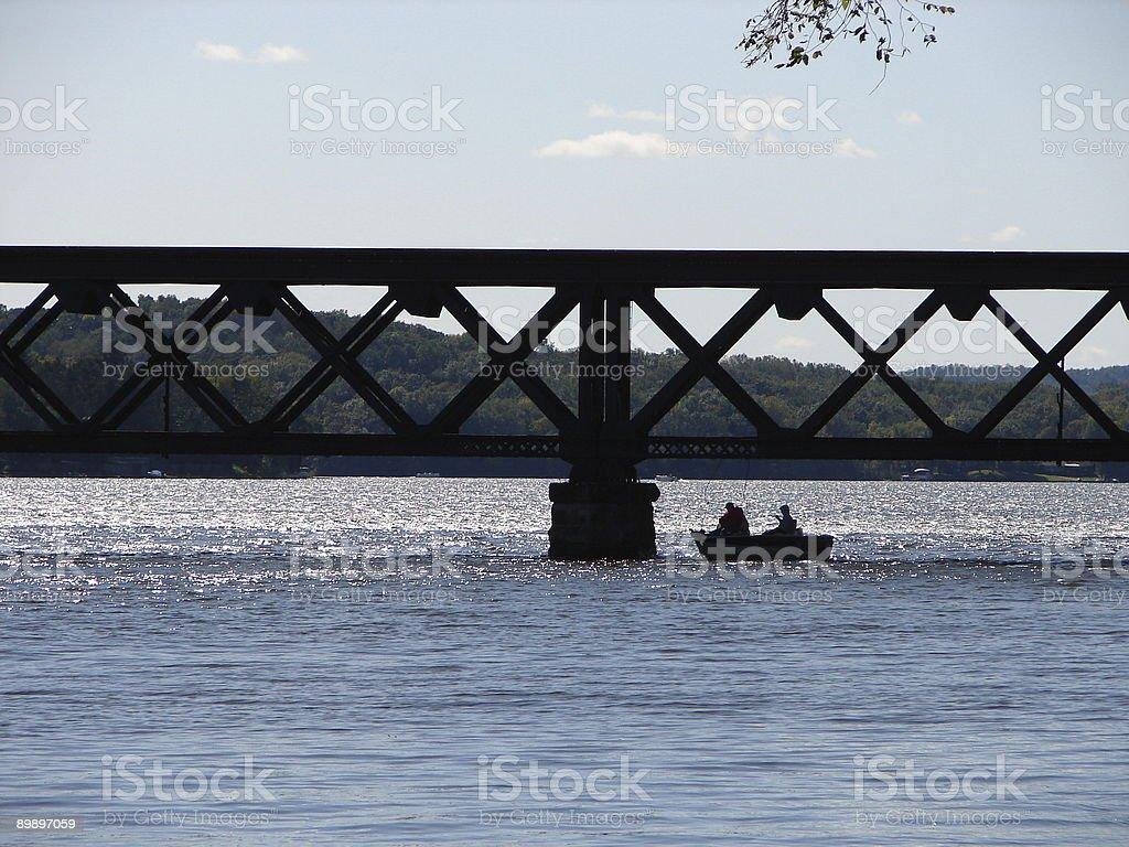 Silhouette der Fischer unter der Brücke Lizenzfreies stock-foto