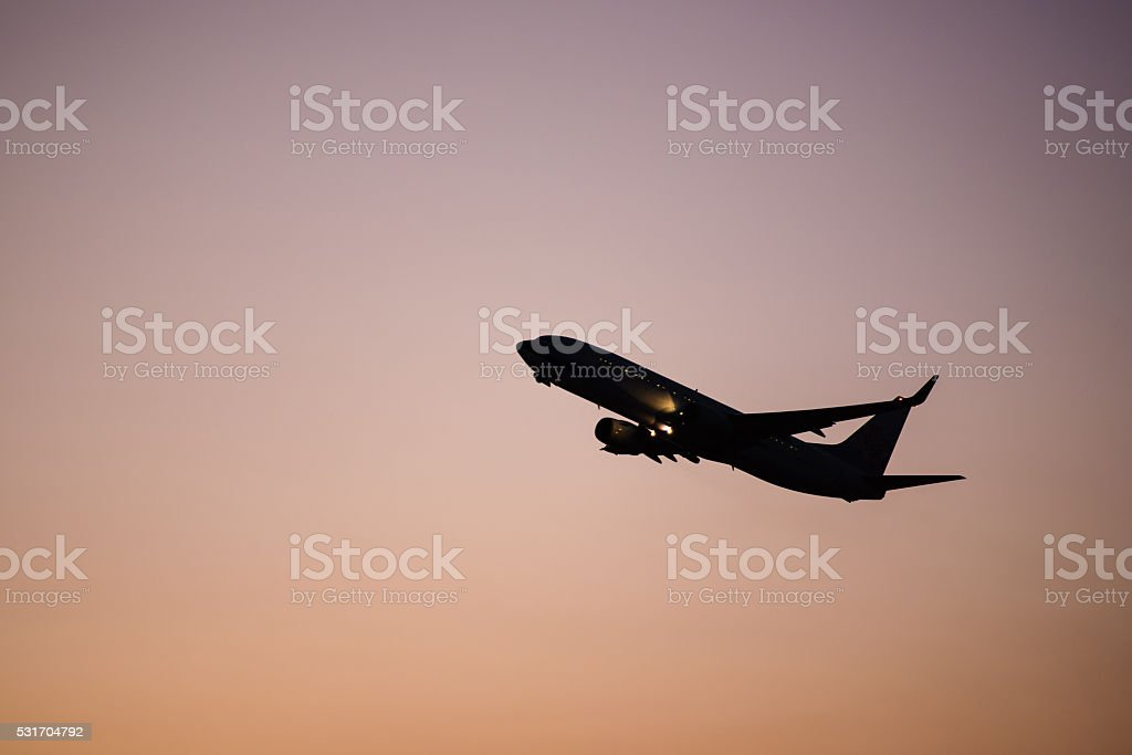 Silueta Avión volando - foto de stock