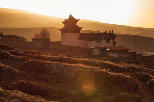 siluet görüntü çin tapınak veya tibet stilini ve yerler halka açık bir yerde ganzi, sichuan, çin - ganzi tibet özerk bölgesi stok fotoğraflar ve resimler