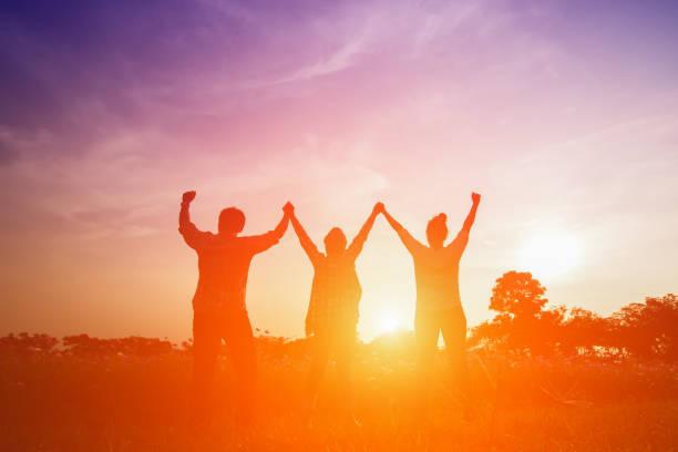 Silhouette Bild glücklichen Familie machen hohe Händen im Sonnenuntergang – Foto