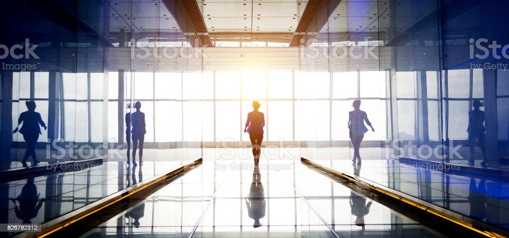Silhouette der eine Geschäftsfrau, die zu Fuß in das Licht – Foto