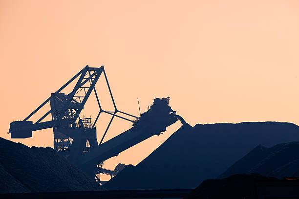 Silhouette of a coal conveyor belt foto