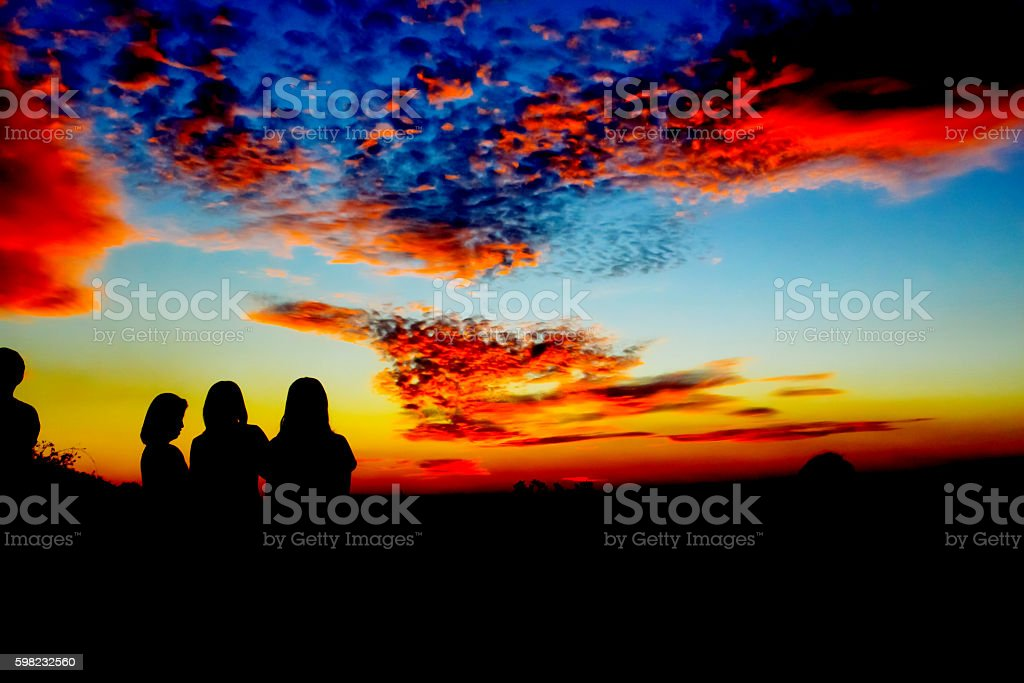 Silhouette of a family playing outdoors at sunset silhouette foto royalty-free