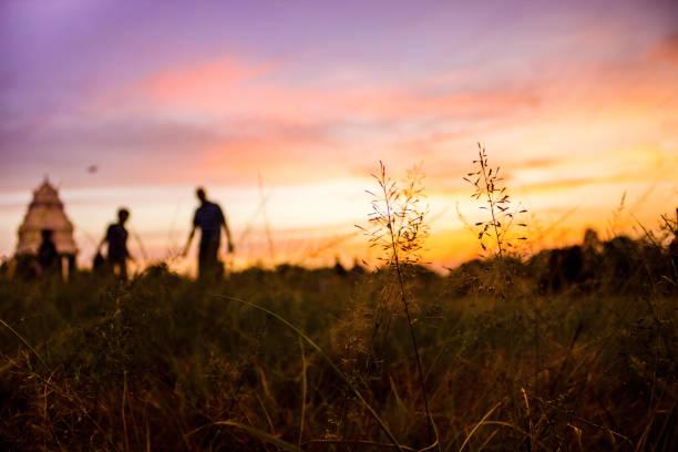 silhuetten av en far & en son på en vacker kväll i en utomhus park - blue yellow band bildbanksfoton och bilder
