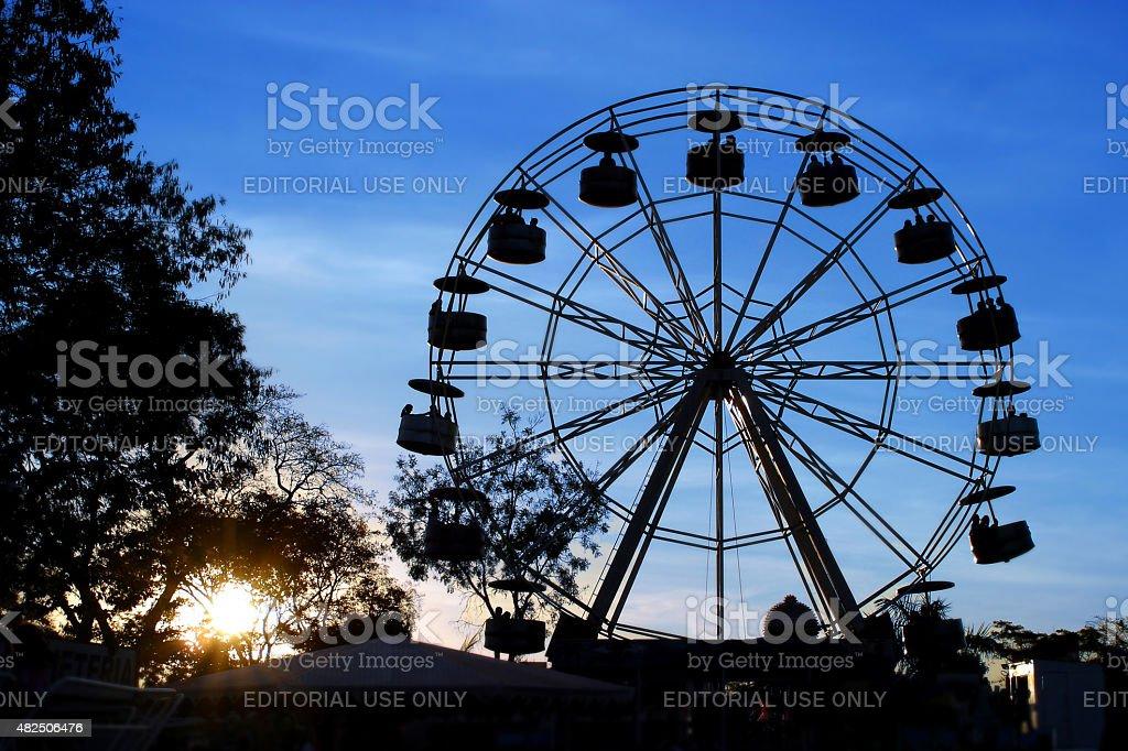 Silhueta de uma roda-gigante no parque de diversões - foto de acervo